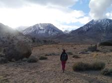 Schneebedeckte Berge rings um die Wüste