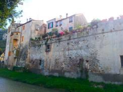 Romantische alte Mauer von Finalborgo