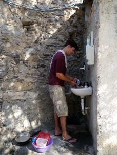 Waschbecken an der Kirche Veravo