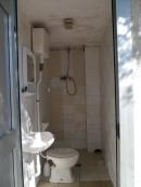 Toilette und Dusche an der Kirche Veravo